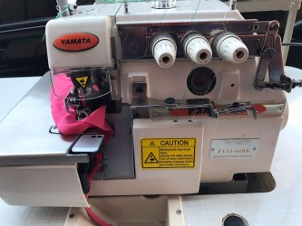 Máquina de Costura Semi-Industrial Overlock c/ Embutidor de Corrente FY33-BK - Yamata