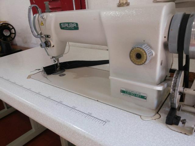 8c5a034ff Máquina de costura Reta Industrial Siruba Semi Nova completa com mesa e motor  ZOOM ...